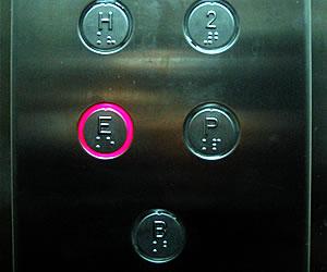 Botones del interior de un ascensor