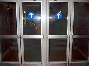 Puertas a la salida del metro de Barcelona
