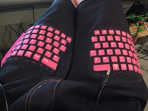 Pantalones con teclado incorporado